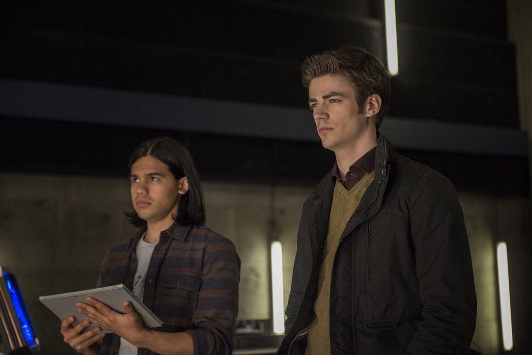 Schließlich wird Cisco (Carlos Valdes, l.) und Barry (Grant Gustin, r.) bewusst, dass sie alle nur Figuren in Dr. Wells Spiel sind ... - Bildquelle: Warner Brothers.