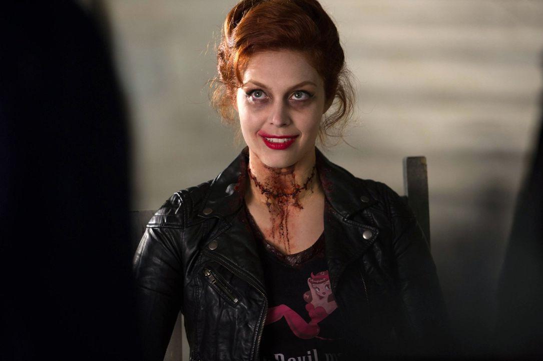 Als Sam und Dean die alte Bekannte Abaddon (Alaina Huffman) - oder eher ihre Hülle - auf einem alten Film wiedersehen, ist ihnen klar, dass  mehr da... - Bildquelle: Warner Bros. Television