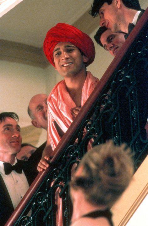 Hingerissen lauschen die Gäste den weisen Worten ihres Gurus und als Ramu (Jimi Mistry, M.) dann auch noch seinen indischen Macarena tanzt, ist sei... - Bildquelle: Universal Pictures