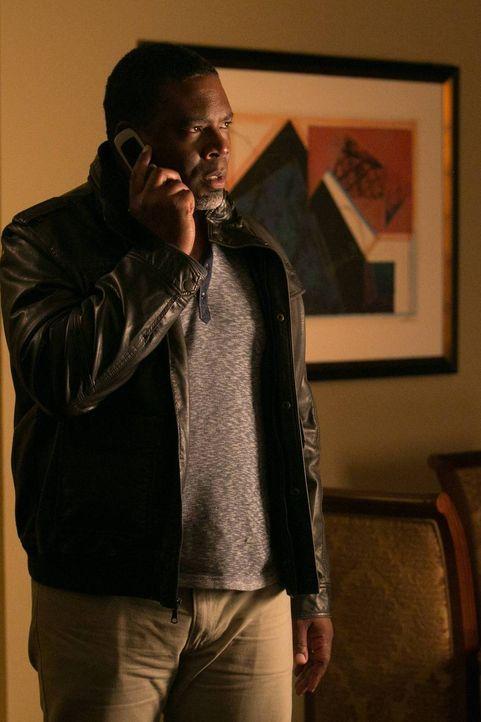 Hat den Anweisungen von Francis Gibson Folge zu leisten: Clark Froy (Jonathan Adams) ... - Bildquelle: 2013-2014 NBC Universal Media, LLC. All rights reserved.