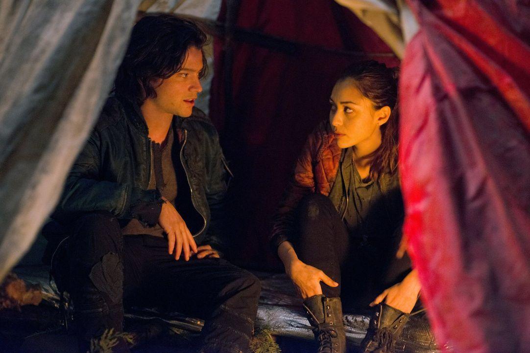 Natürlich freut sich Finn (Thomas McDonell, l.), dass er seine Freundin wieder hat, doch Raven (Lindsey Morgan, r.) ahnt, dass etwas anders ist ... - Bildquelle: Warner Brothers