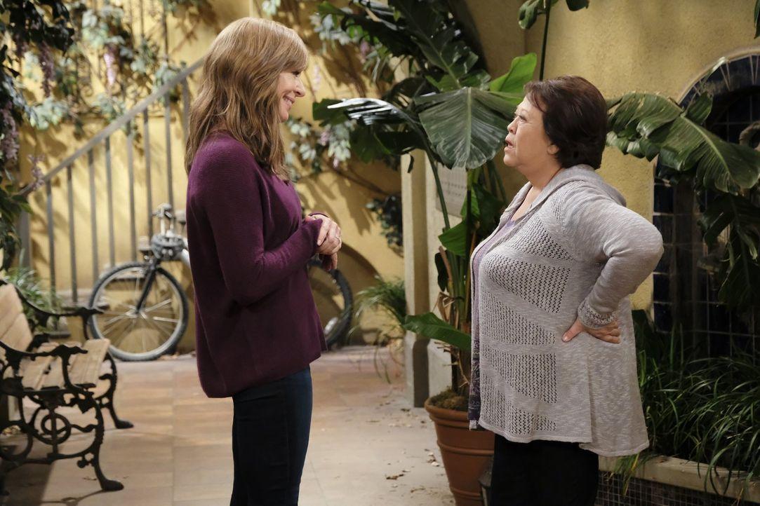 Bonnie (Allison Janney, l.) hat mit ihrem neuen Internet- und TV-losen Leben zu kämpfen und versucht schließlich, sogar an Beverlys (Amy Hill, r.) W... - Bildquelle: 2017 Warner Bros.