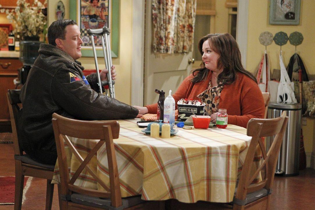 Sind glücklich miteinander: Mike (Billy Gardell, l.) und Molly (Melissa McCarthy, r.) ... - Bildquelle: Warner Brothers