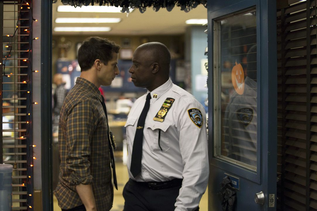 Jake Peralta (Andy Samberg, l.); Captain Ray Holt (André Braugher, r.) - Bildquelle: Michael Becker 2015 UNIVERSAL TELEVISION LLC. All rights reserved. / Michael Becker