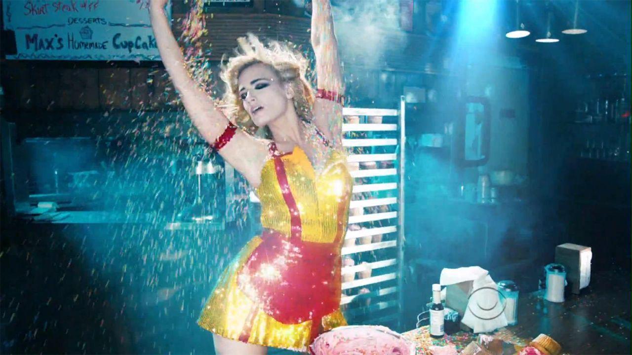 bild-2-broke-girls-super-bowl-sexy-strip-poledance-kat-dennings-beth-behrs-11-cbsjpg 1600 x 900 - Bildquelle: CBS