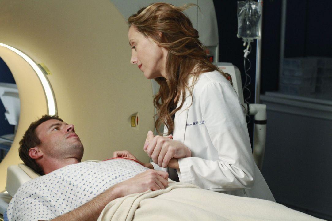 Als Teddy (Kim Raver, r.) den unter starken Schmerzmitteln stehenden Henry (Scott Foley, l.) für eine Untersuchung vorbereitet, gesteht er ihr, das... - Bildquelle: ABC Studios