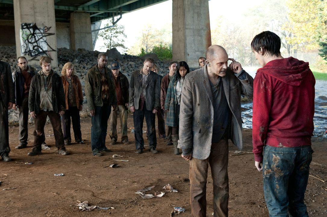 Zombie M (Rob Corddry, vorne l.) und seine Artgenossen sind davon überzeugt, dass bei R (Nicholas Hoult, r.) eine Schraube locker sitzt, seitdem er... - Bildquelle: 2013 Concorde Filmverleih GmbH