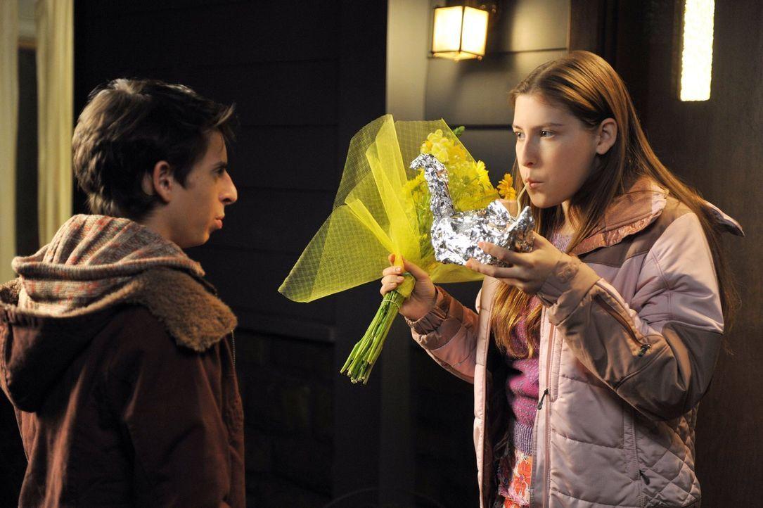 Sue (Eden Sher, r.) hat ein Problem mit der Art und Weise wie Matt (Moises Arias, r.) sie küsst und fragt sich, was sich plötzlich verändert hat. Wä... - Bildquelle: Warner Brothers