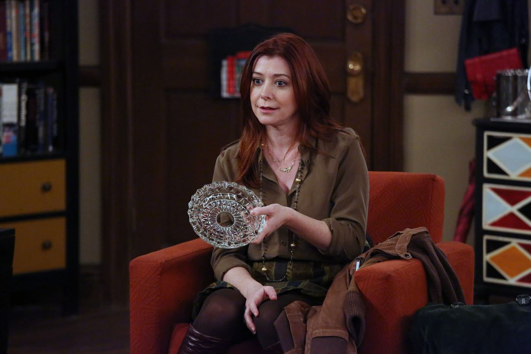 Was hat Lily (Alyson Hannigan) mit dem Anruf vom Captain und dem Aschenbecher zu tun? - Bildquelle: 2013 Twentieth Century Fox Film Corporation. All rights reserved.