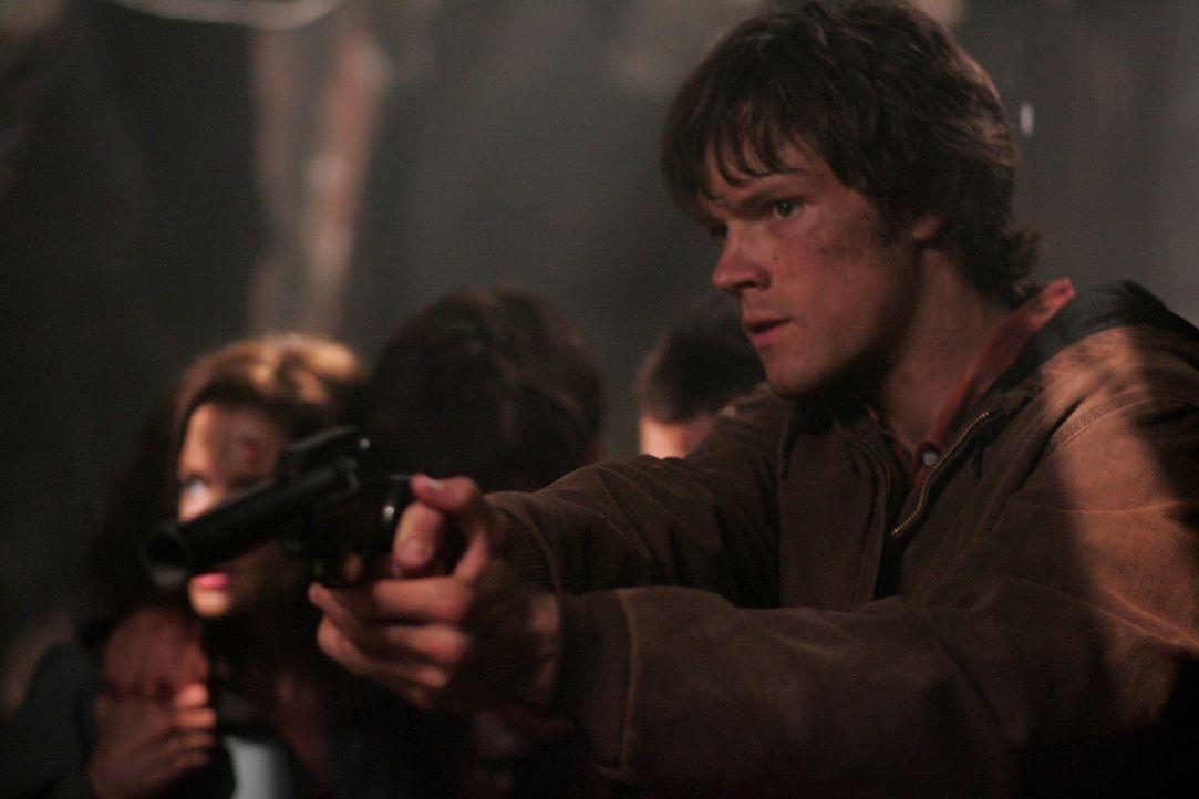 Im Kampf gegen einen Wendigo: Sam (Jared Padalecki, r.) ... - Bildquelle: Warner Bros. Television