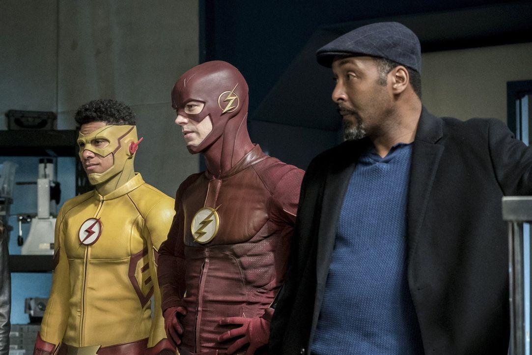 Nachdem ein Experiment im Kampf gegen Savitar gehörig schiefgegangen ist, müssen Wally alias Kid Flash (Keiynan Lonsdale, l.), Barry alias The Flash... - Bildquelle: 2016 Warner Bros.