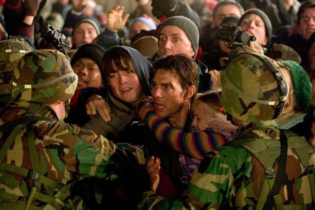 An einem herbstlichen Nachmittag wird der Erde der Krieg erklärt. Kranfahrer Ray (Tom Cruise, M. r.) und seine zwei Kinder (Justin Chatwin, M. l.) g... - Bildquelle: 2004 Paramount Pictures All Rights Reserved.