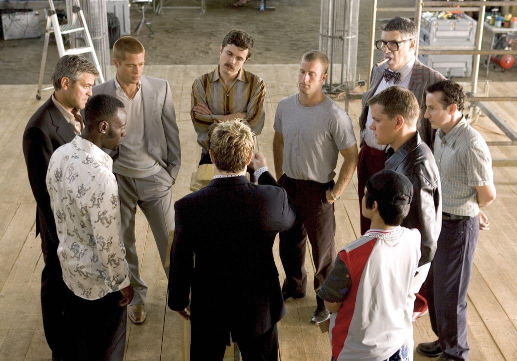 """Casino-Chef Benedict setzt die Diebesbande """"Ocean's Eleven"""" unter Druck: Er will seine 160 Millionen Dollar zurück, in genau zwei Wochen! (vorne M.... - Bildquelle: Warner Bros. Television"""