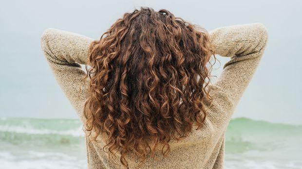Ob große oder kleine Wellen in den Haaren – mit lockig langen Haaren wirst du...