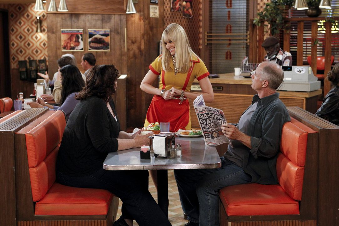 Voller Zuversicht bedient Caroline (Beth Behrs, M.) ihre Gäste, denn sie sieht sich schon in den nächsten Tagen im Schlaraffenland ... - Bildquelle: Warner Brothers