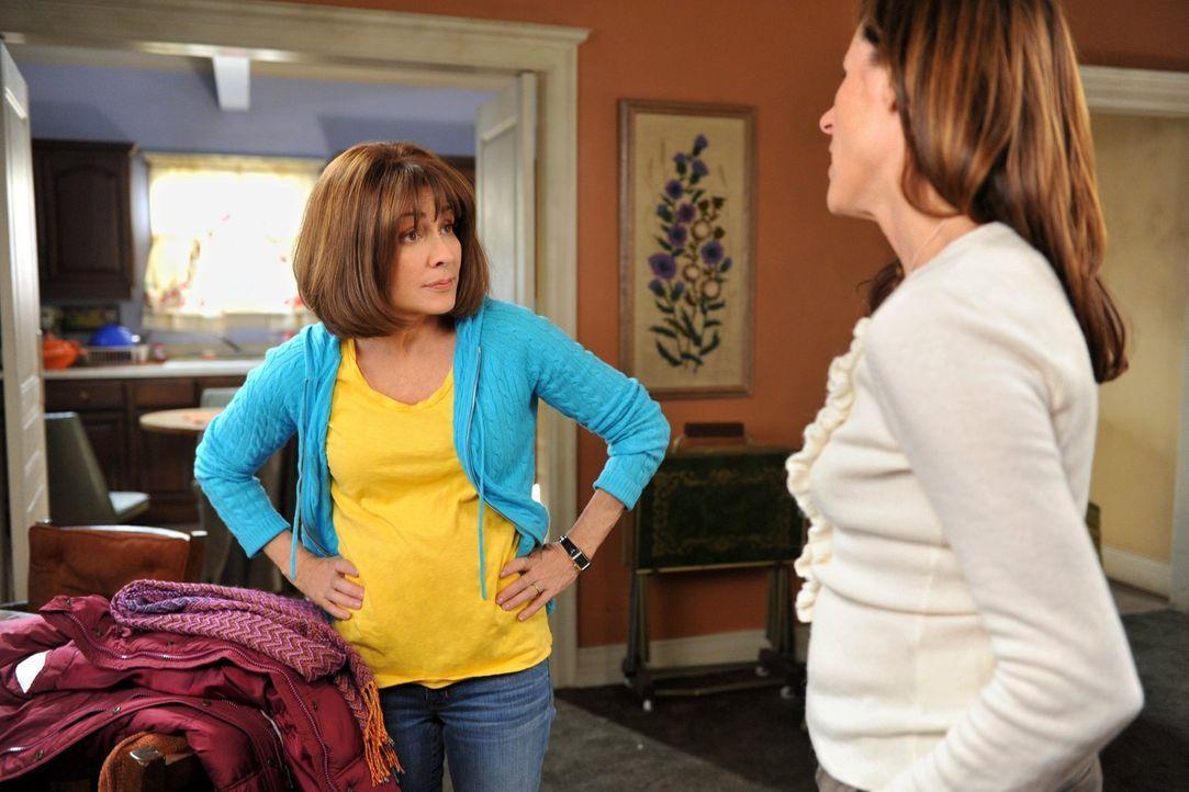 Frankie (Patricia Heaton, l.)  freut sich über die Einladung ihrer Eltern, Thanksgiving gemeinsam zu verbringen. Als jedoch ihre Schwester Janet (Mo... - Bildquelle: Warner Brothers