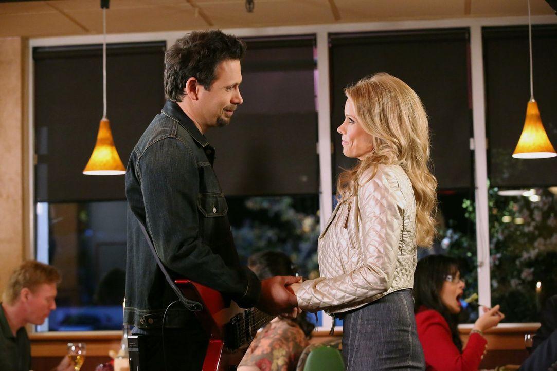 Sind glücklich miteinander: George (Jeremy Sisto, l.) und Dallas (Cheryl Hines, r.) ... - Bildquelle: Warner Brothers