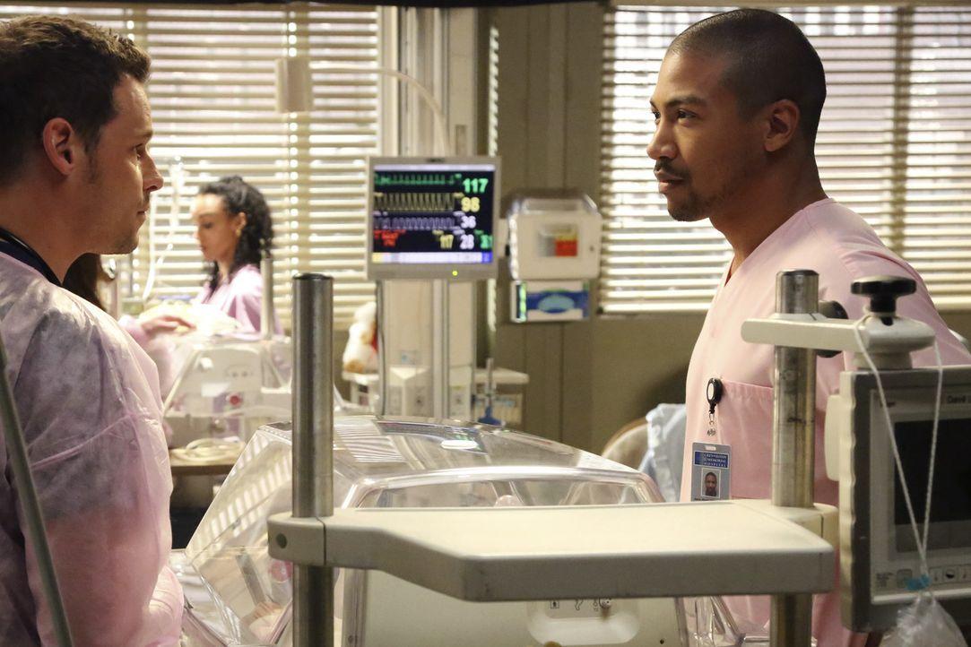Jason (Charles Michael Davis, r.) sucht ein klärendes Gespräch mit Alex (Justin Chambers, l.) und die Situation zwischen den beiden scheint sich z... - Bildquelle: ABC Studios