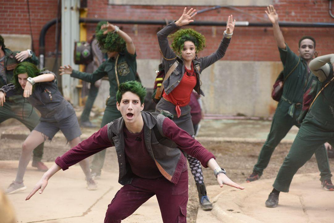 50 Jahre nach einer Zombie-Apokalypse werden die Zombies als Schüler in die Seabrook High-School aufgenommen. Wie werden Zad (Milo Manheim, l.), Eli... - Bildquelle: John Medland 2017 Disney Enterprises, Inc. All rights reserved./John Medland