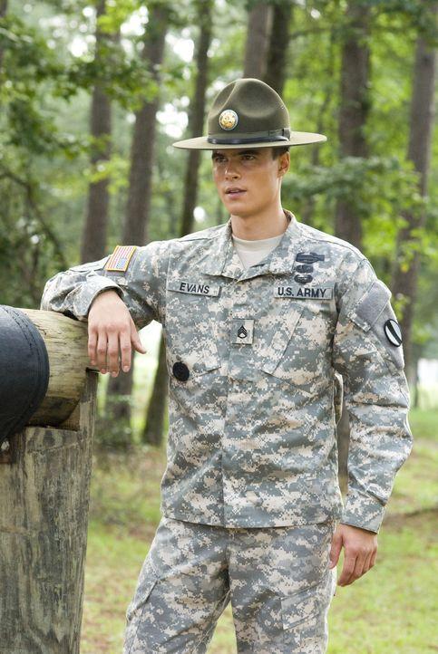 Wachsam verfolgt der passionierte Sergeant Mills Evans (Ryan Sypek) die Fähigkeiten seiner angehenden Soldaten, denn später müssen die Auszubilde... - Bildquelle: 2007 MAJOR PRODUCTIONS, INC.