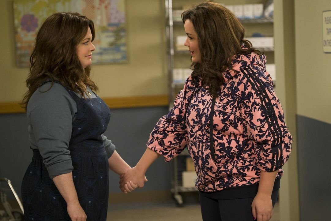 Mike und Molly (Melissa McCarthy, l.) freuen sich auf das Baby, das sie in drei Wochen adoptieren werden. Umso überraschter sind die beiden, als die... - Bildquelle: Warner Brothers