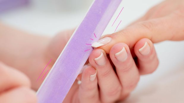 Wie du den French-Look auf deine Nägel zaubern kannst, liest du im Beauty-Art...