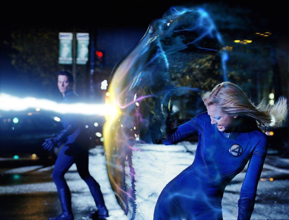 Während eines Zwischenfalls im All werden vier Astronauten (Jessica Alba, r.) von einer kosmischen Strahlung getroffen, die ihnen einzigartige Krä... - Bildquelle: Constantin Film Produktion GmbH