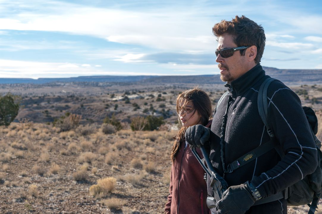 Isabel Reyes (Isabela Moner, l.); Alejandro (Benicio del Toro, r.) - Bildquelle: Richard Foreman 2018 Soldado Movie, LLC. All Rights Reserved. / Richard Foreman