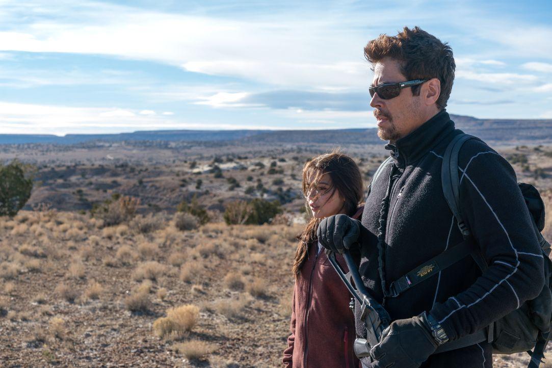 Isabel Reyes (Isabela Moner, l.); Alejandro (Benicio del Toro, r.) - Bildquelle: Richard Foreman 2018 Soldado Movie, LLC. All Rights Reserved. / Richard Foreman