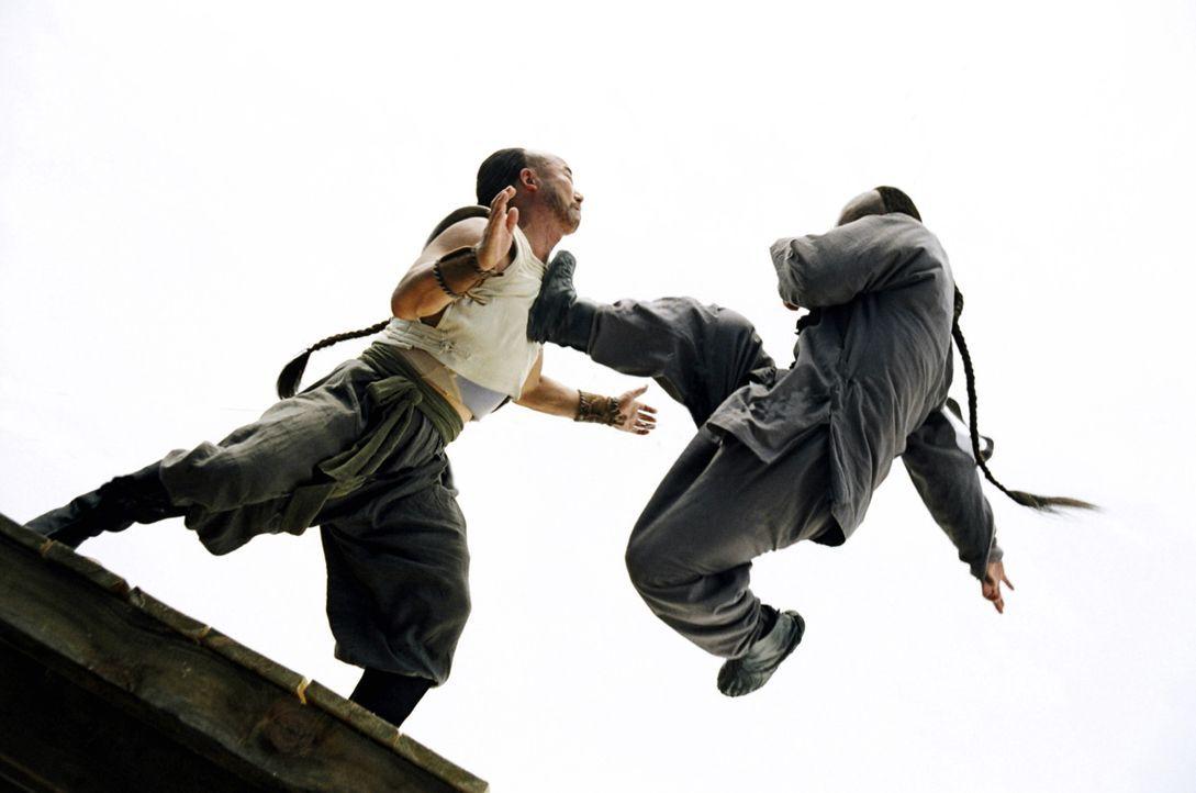 Sein Vater, verbietet Huo Yuanjia (Jet Li, l.) in seine Fußstapfen zu treten. Huo setzt sich jedoch entschlossen durch und bringt sich selbst das K... - Bildquelle: Constantin Film Verleih GmbH