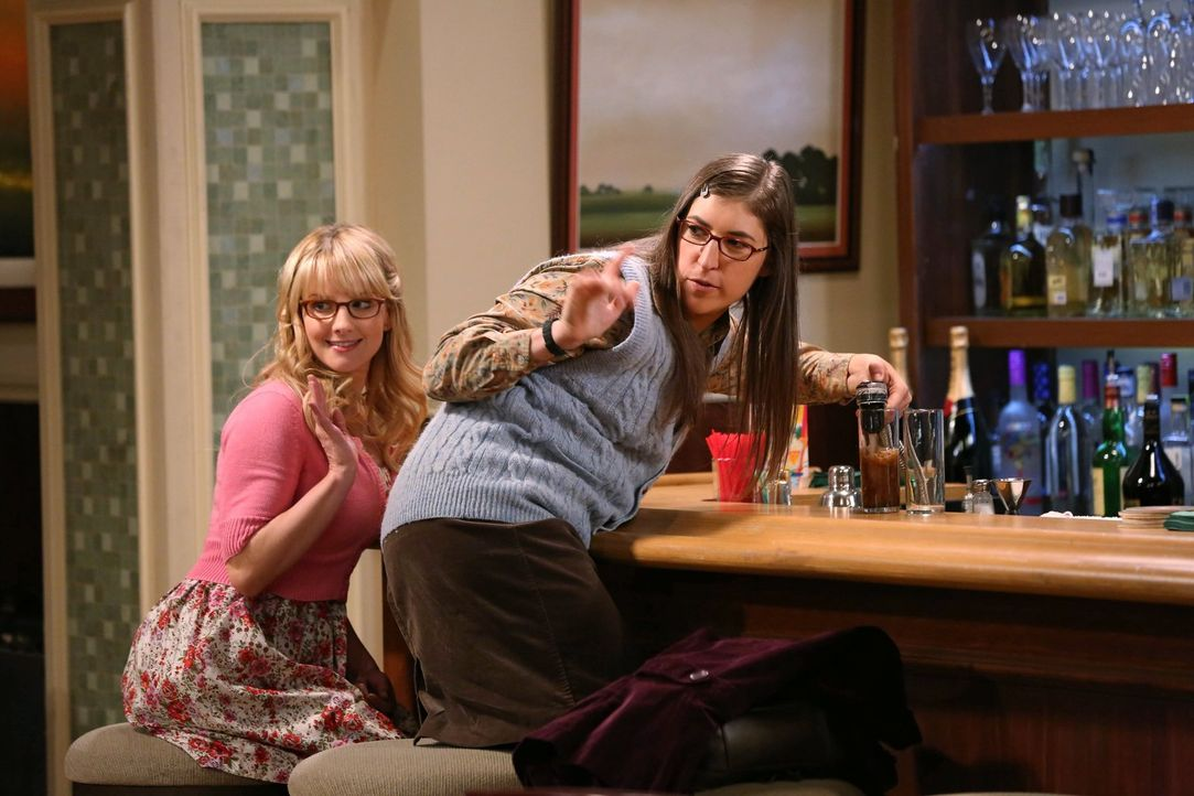 Beobachten gespannt, wie Penny Rajs Ex-Flamme Lucy den Kopf wäscht: Bernadette (Melissa Rauch, l.) und Amy (Mayim Bialik, r.) ... - Bildquelle: Warner Brothers Entertainment Inc.