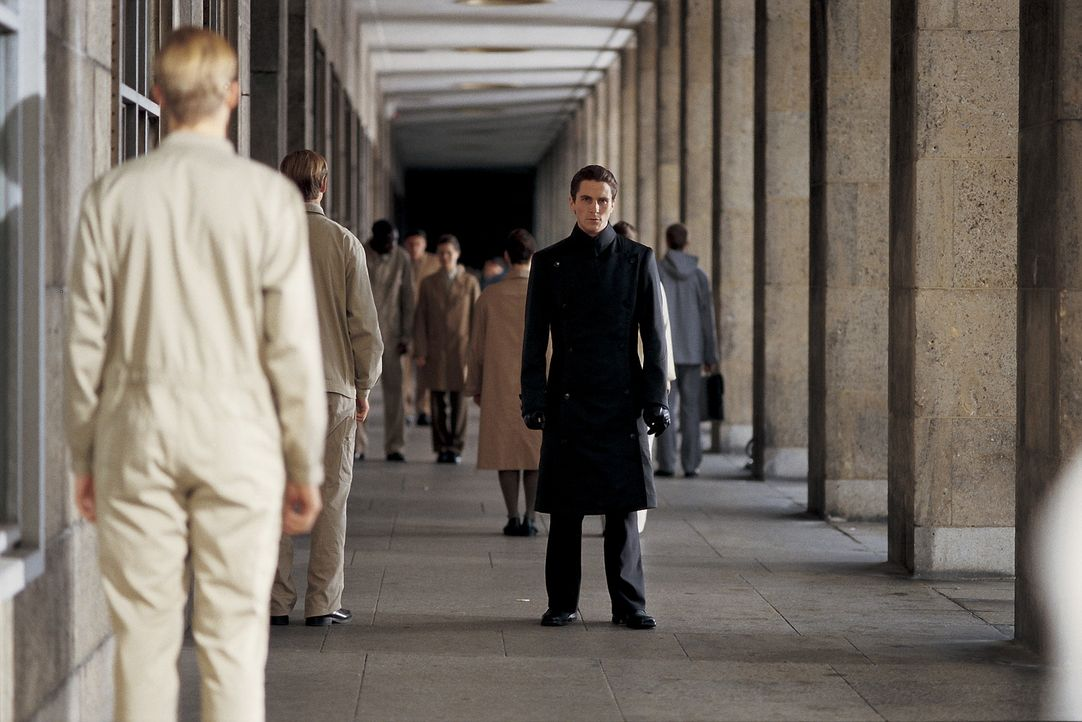Als John Preston (Christian Bale) seine tägliche Dosis Prozium auslässt, gerät seine Welt ins Wanken. Er entwickelt menschliche Regungen, verliebt s... - Bildquelle: Dimension Films