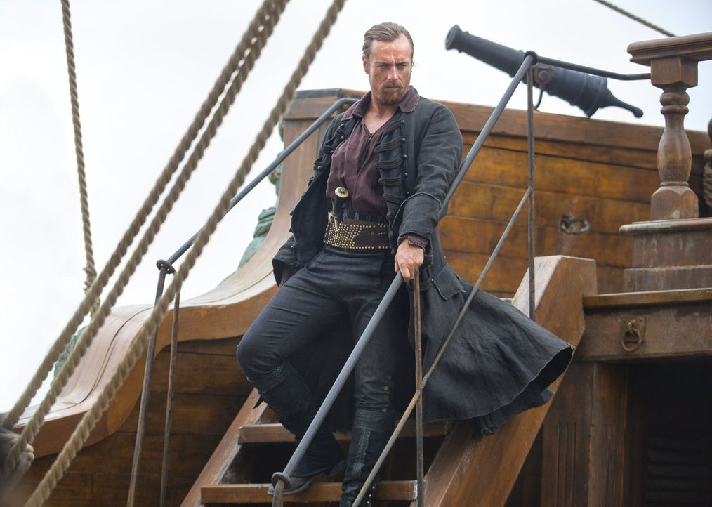Captain Flint (Toby Stephens) und seine Besatzung verfolgen Captain Bryson, um ihre Waffen einzufordern ... - Bildquelle: 2013 Starz Entertainment LLC, All rights reserved