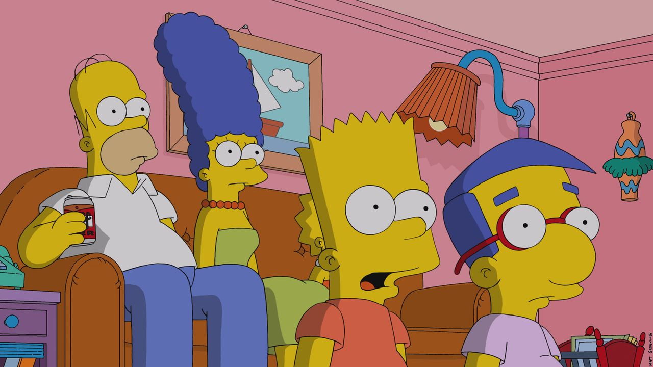 Im Fernsehen macht man sich über Krusty lustig, doch Homer (l.), Marge (2.v.l.), Bart (2.v.r.) und Milhouse (r.) sind geschockt ... - Bildquelle: 2014 Twentieth Century Fox Film Corporation. All rights reserved.