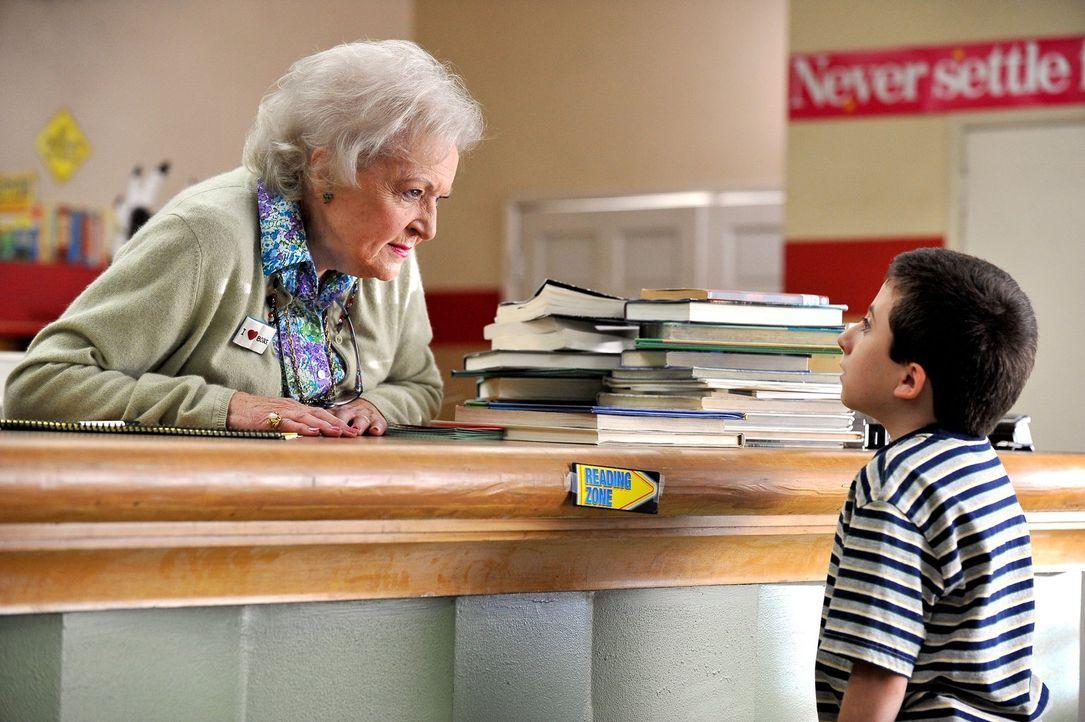 Der Bücherwurm Brick (Atticus Shaffer, r.) hat leider die Angewohnheit, die Bücher, die er aus der Schulbücherei ausleiht nicht wieder zurück zu bri... - Bildquelle: Warner Brothers