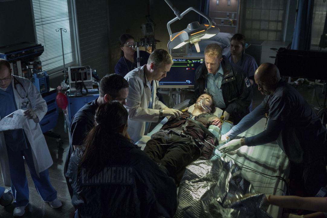 Nach einem Unfall in einem Labor, erwacht Wissenschaftler Barry Allen (Grant Gustin, liegend) mit ganz besonderen Fähigkeiten aus dem Koma ... - Bildquelle: Warner Brothers.