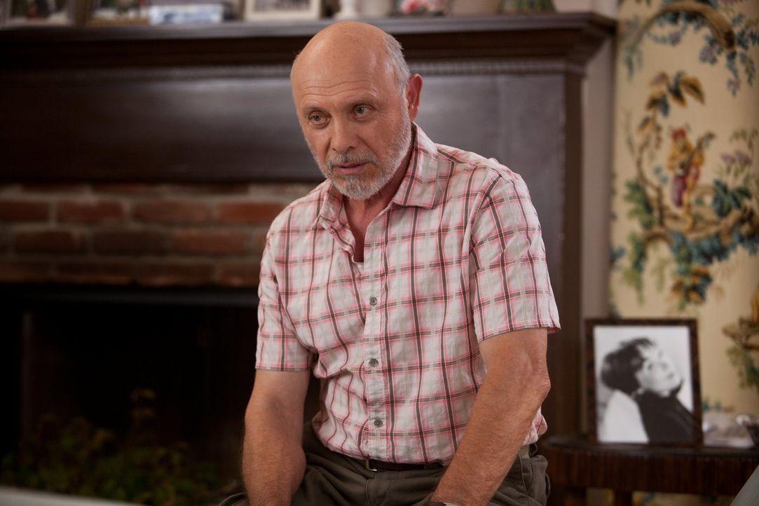 Als seine Frau Edgar (Hector Elizondo) ein lange gehütetes Geheimnis offenbart, ist er geschockt. Wird ihre Ehe dem standhalten können? - Bildquelle: 2010 Warner Bros.