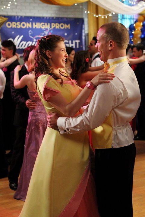 Sue (Eden Sher, l.) ist überglücklich, dass sie in Darrin (John Gammon, r.) ein nettes Date für den Schulball gefunden hat. Für Axl ist der Abend da... - Bildquelle: Warner Brothers