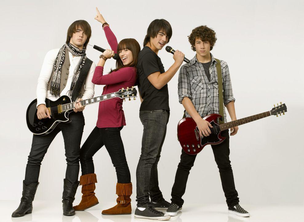 Schon bald wird (v.l.n.r.) Jason (Kevin Jonas), Mitchie (Demi Lovato), Shane Gray (Joe Jonas) und Nate (Nick Jonas) klar, dass sie zusammen ein toll... - Bildquelle: 2007 DISNEY CHANNEL. All rights reserved.