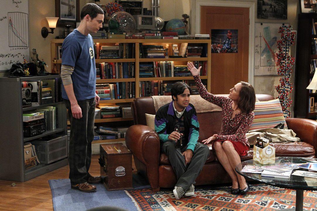 Chaos in der WG: Sheldon (Jim Parsons, l.), Raj (Kunal Nayyar, M.) und Mary (Laurie Metcalf, r.) ... - Bildquelle: Warner Bros. Television