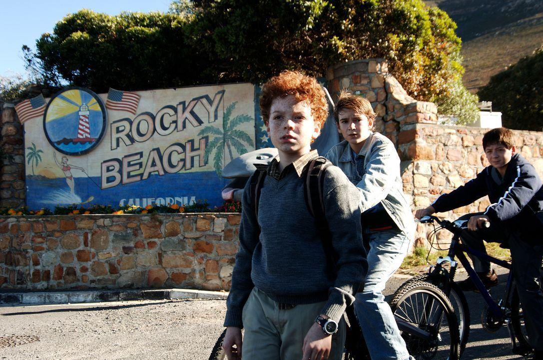 Justus (Chancellor Miller, r.), Peter (Nick Price, M.) und Bob (Cameron Monaghan, l.) wollen den einheimischen Gamba befreien, der fälschlicherweise... - Bildquelle: Buena Vista Pictures