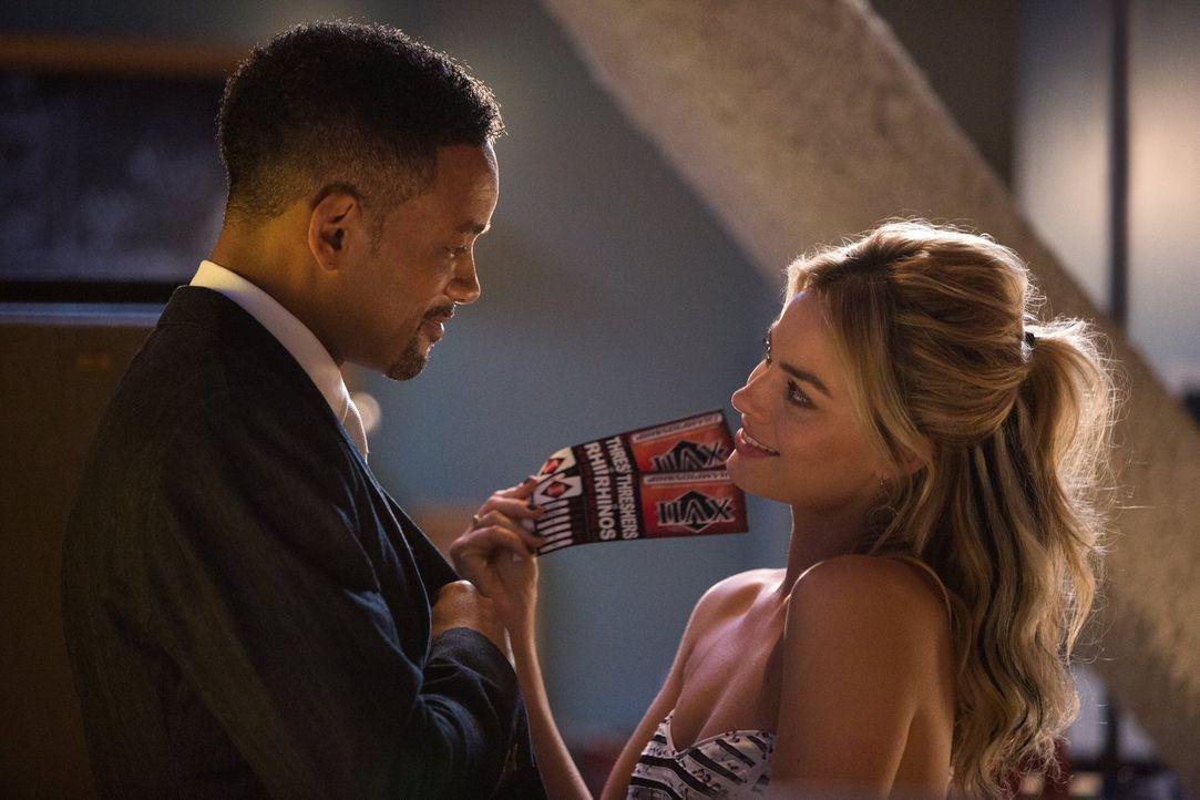 Nicky (Will Smith, l.) ist ein professioneller Gauner und Trickbetrüger. Als die attraktive Jess (Margot Robbie, r.) dann ausgerechnet ihn bestehlen... - Bildquelle: Warner Bros.