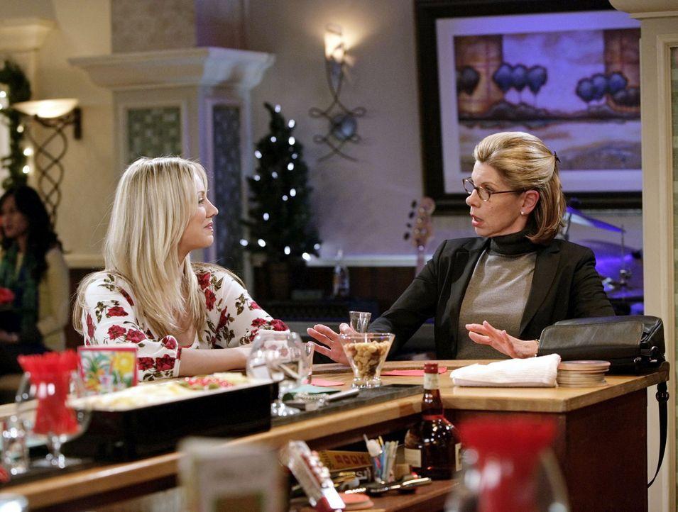 Mädels an der Bar: Penny (Kaley Cuoco, l.) und Beverly (Christine Baranski, r.) ... - Bildquelle: Warner Bros. Television