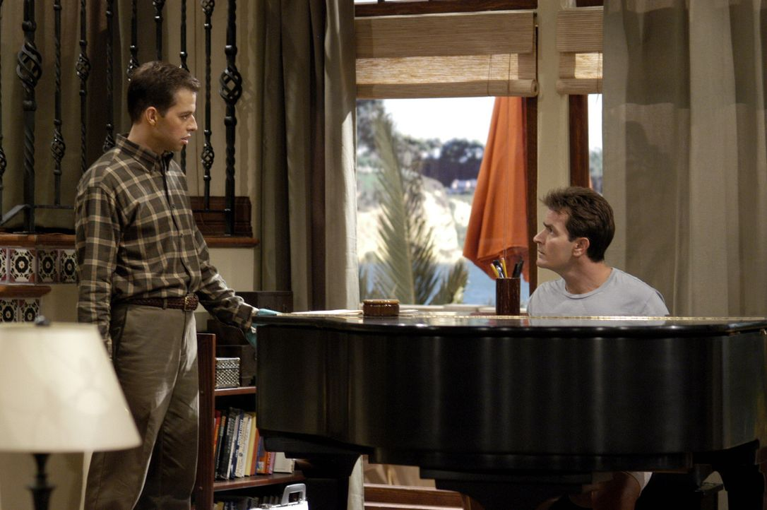 Nachdem Berta verschwunden ist, muss sich Alan (Jon Cryer, l.) bei Charlie (Charlie Sheen, r.) rechtfertigen ... - Bildquelle: Warner Brothers Entertainment Inc.
