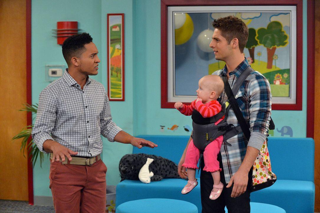 Ben (Jean-Luc Bilodeau, r.) bemüht sich, um einen Kindergartenplatz für Emma (Mila und Zoey Beske, M.) zu bekommen, indem er mit Megan, einer Mitarb... - Bildquelle: Eric McCandless ABC Family