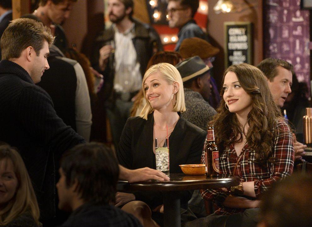 Auf einem vermeintlichen Date mit Adam (Miles Fisher, l.) gerät Caroline (Beth Behrs, M.) in eine Show, in der Leute auf der Bühne ihre Lebensgeschi... - Bildquelle: 2016 Warner Brothers