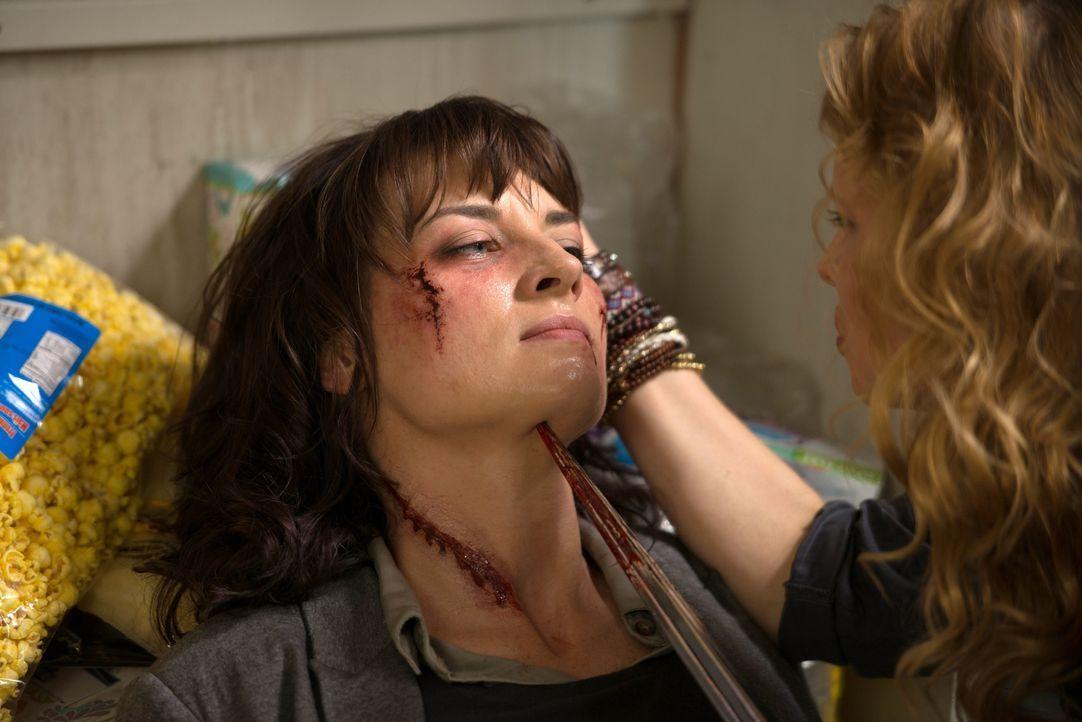 Eine überraschende Begegnung lässt Hannah (Erica Carroll) an ihrem Bild von Gut und Böse zweifeln ... - Bildquelle: 2016 Warner Brothers