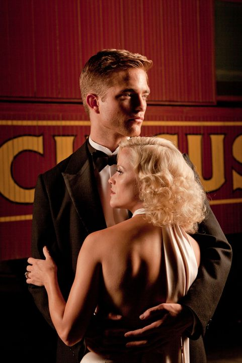 Als der krankhaft eifersüchtige Zirkusdirektor August Rosenbluth bemerkt, dass Jacob (Robert Pattinson, l.) ein Auge auf seine bezaubernde Frau Marl... - Bildquelle: David James 2011 Twentieth Century Fox Film Corporation. All rights reserved.