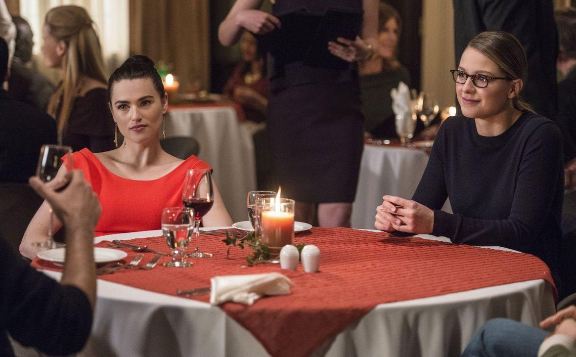 Noch können die Freundinnen Kara (Melissa Benoist, r.) und Lena (Katie McGrath, l.) das gemeinsame Essen genießen, doch schon bald machen sie eine E... - Bildquelle: 2016 Warner Brothers