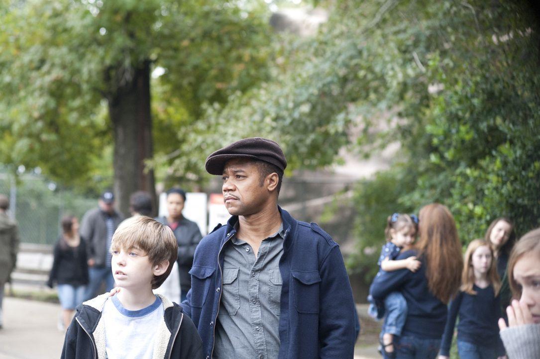 Zusammen mit dem jungen James (Austin Abrams, l.) macht sich Lewis Hicks (Cuba Gooding Jr., r.) auf die Jagd nach dem Serienkiller, aber dieser ist... - Bildquelle: 2011 Sony Pictures Worldwide Acquisitions Inc. All Rights Reserved.
